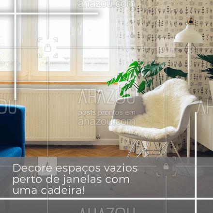 Colocar uma cadeira é uma ótima forma de preencher espaços vazios! Uma dica legal para arrasar na decoração é deixar uma luminária ao lado e até mesmo uma mesinha lateral, assim quem for usar terá apoio e iluminação. Pronto, ficou estiloso e prontinho para relaxar! #AhazouDecora #AhazouArquitetura  #designdeinteriores #decoracao #arquitetura #homedecor #arquiteto #dicas #comodecorar #cadeira #ambiente